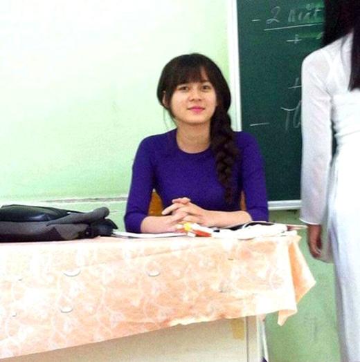 """Cô giáo dạy địa đã khiến cộng đồng mạng Việt Nam """"điên đảo"""" bởi độ xinh xắnđáng yêu chẳng kém hot girl."""