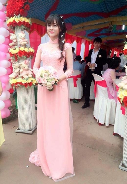 Cô giáo vô cùng xinh đẹp và hạnh phúc trong ngày đính hôn.