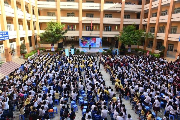 Sân trường chật kín học sinh theo dõi chương trình.