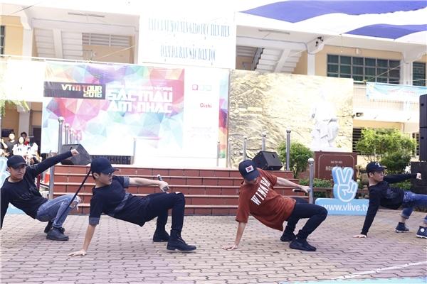 Nhóm Uni5 khuấy động sân trường THPT Nguyễn Du.