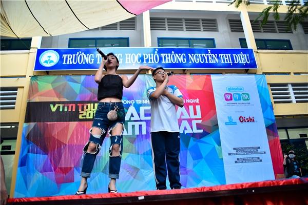 Tóc Tiên nhảy vũ điệu cồng chiêng và hát song ca ca khúc Anh là ai cùng học sinh.