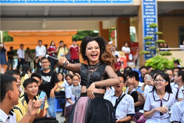 Nữ ca sĩ Tia Hải Châu vừa hát vừa nhảy cực sung.