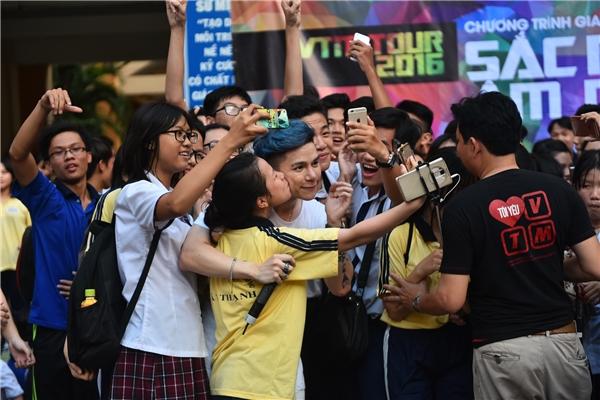 Hoàng Tôn được fan hôn lén khi selfie.