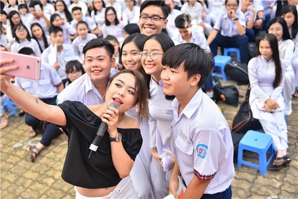 Nam ca sĩ Sơn Ngọc Minh và nữ ca sĩ Thái Trinh rất chiều fan khi chụp ảnh cùng.