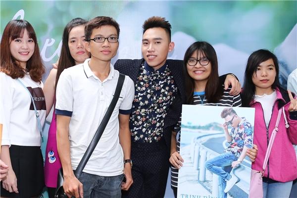 Khá đông người hâm mộ đã có mặt để chúc mừng Trịnh Đình Quang ra mắt MV mới. - Tin sao Viet - Tin tuc sao Viet - Scandal sao Viet - Tin tuc cua Sao - Tin cua Sao