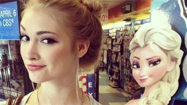 Nàng Elsa của chúng ta với mái tóc vàng, làn da trắng và nụ cười cá tính riêng chẳng lẫn vào đâu được.(Ảnh: Internet)
