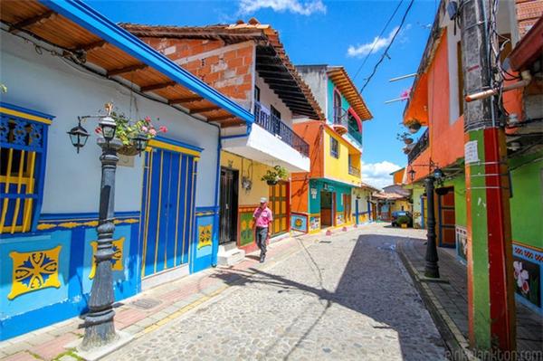 Theo quan niệm của dân tạiGuatapé,việc trang trí thị trấn bằng những gam màu tươi sáng bắt nguồn từ chính nhu cầu tâm linh của họ. Đâylà cách họ bày tỏ hy vọng, tín ngưỡng của mình.