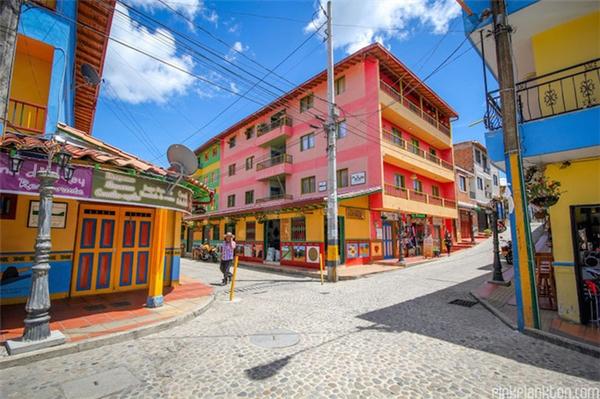 Một trong số đó chính là con đường sỏi đá dài bất tận, điểm xuyết giữa những ngôi nhà màu sắc.