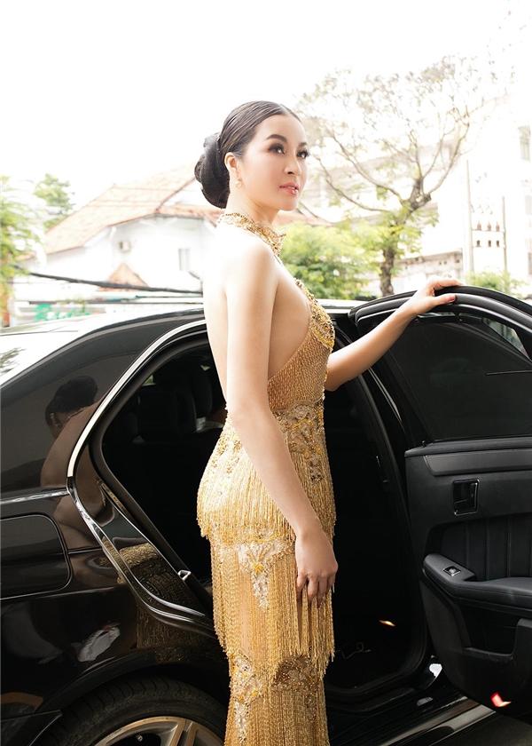 Nữ diễn viên, MC được đưa đón bằng xe sang đến tham dự sự kiện.