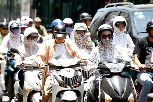 Đầu đông nhưng ban ngày Hà Nội vẫn nắng nóng.