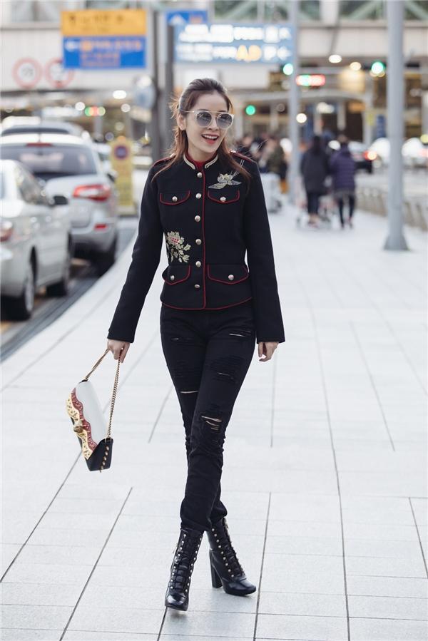 Chi Pu thả dáng sang chảnh trên đường phố thu hút sự chú ý của nhiều người bởi vẻ ngoài xinh đẹp cùng thần thái tự tin. - Tin sao Viet - Tin tuc sao Viet - Scandal sao Viet - Tin tuc cua Sao - Tin cua Sao