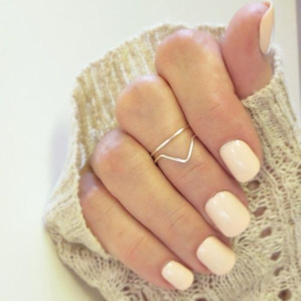 Theo phong thủy, ngón tay giữa là nơi tập trung nhiều năng lượng nhất. Đeo một chiếc nhẫn ở ngón này sẽ giúp bạn luôn giữ được trạng thái sức khỏe tốt nhất, đồng thời đem đến nhiều may mắn và thuận lợi trong cuộc sống.