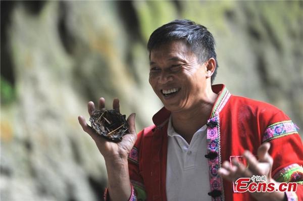 ÔngHoàngvui mừng khi tìm được phân chim yến.
