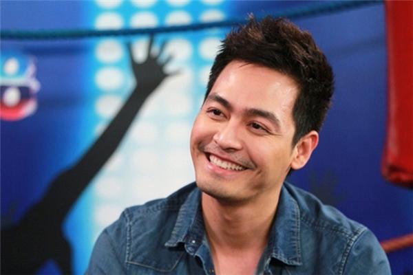 Anh luôn tỏ ra vô cùng thu hút mỗi khi dẫn chương trình vàđặc biệt là nụ cười ngọt ngào,ấmáp.