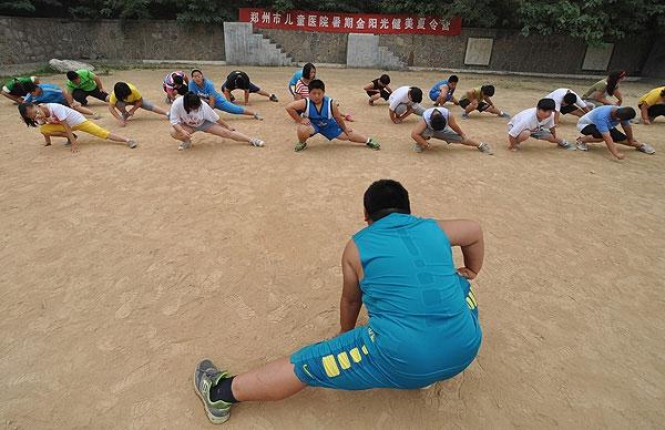 Trẻ em được khuyến khích tập thể dục.