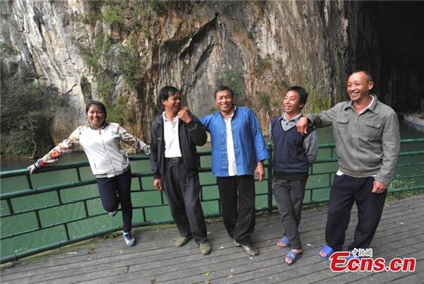 Ôngcùng những người bạn leo núi trong làng thườngtrình diễn cácmàn leo núi bằng tay.