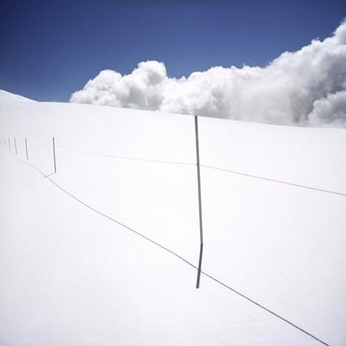 Hàng cột lỏng lẻo với dây chăng mỏng manh đến lạ, cảm tưởng như chỉ cần một làn gió mạnh cũng đủ quật ngã. Nhưng, đó chính là đường biên giới giữaThụy Sĩ vàItaly.