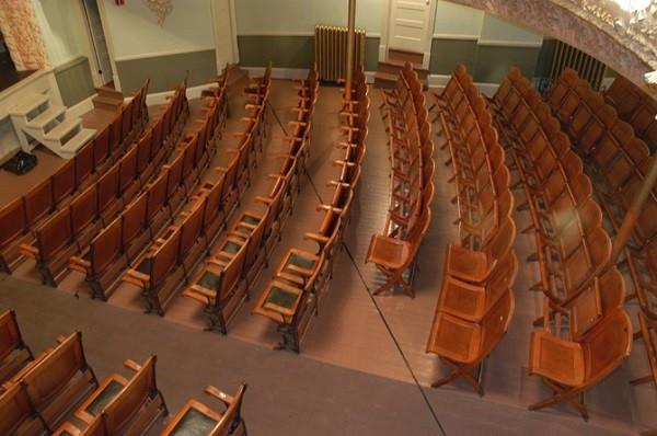 Một nhà hát ở Mỹ nhưng có đến hai địa chỉ. Sân khấu của nhà hát thì thuộc địa phận Canada nhưng cổng vào và hầu hết ghế ngồi thì lại nằm ở đấtnước Mỹ.