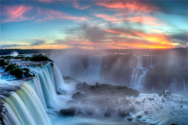"""Thác Iguazu đẹp đến mê hồn này được sắp xếp giống như một chữ """"J"""" đảo ngược. Ở phần bên phải là lãnh thổ Brazil, trong đó có hơn 20% của thác, và bên trái là lãnh thổ Argentina chiếm gần 80% của thác. Thác nước nàythuộc một phần củađường biên giới phân chia Argentina và Brazil."""
