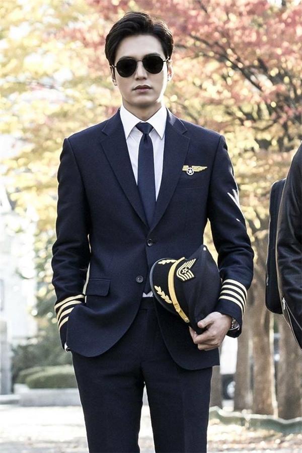 """Lee Min Ho khiến khán giả """"mất máu"""" bởi tạo hình phi công cực kì cuốn hút."""