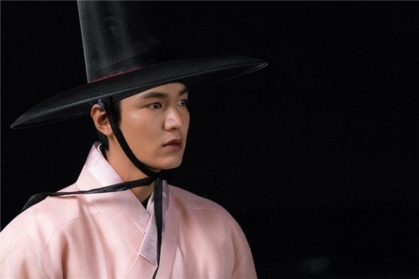 Trong tạo hình cổ trang khi mạch phim đang ở quá khứ trong vai vị quan trẻ Dam Ryung, Lee Min Ho cực kì điển trai.
