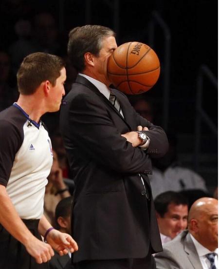 Vị HLV vẫn chưa kịp phản ứng khi quả bóng rổ bay vào mặt.