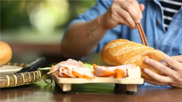 Dưới bàn tay đầu bếp điển trai, món bánh mì Sài Gòn trở nên cực bắt mắt và ngon miệng.