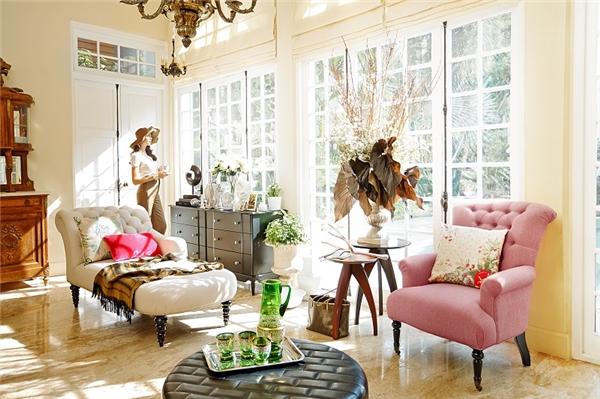 Sofa vải phù hợp cho những người trẻ, thích tự do nên thường có tone màu sáng như: xanh dương, trắng, kem.