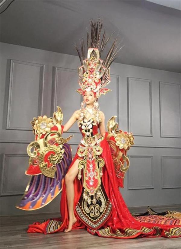 Dù phía ekip của Khả Trang chưa công bố chính thức nhưng trong hai ngày qua cộng đồng mạng đã lan truyền một vài bức ảnh trong buổi chụp ảnh của Khả Trang và cho rằng đây là trang phục truyền thống và dạ hội của cô tại Hoa hậu Siêu quốc gia 2016.