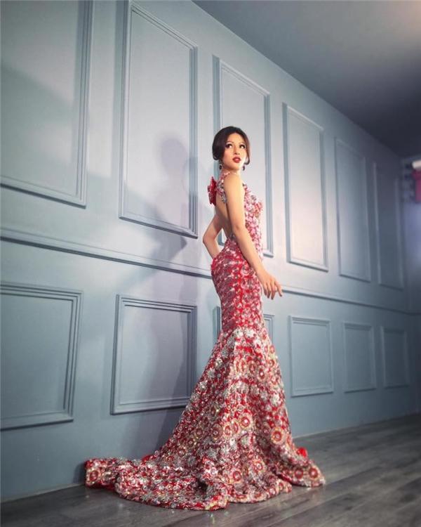 """Theo chia sẻ từ nhà thiết kế Lê Long Dũng: """"Khả Trang là một cô gái mạnh mẽ, cá tính, gợi cảm, và rất tự tin nên đa số các trang phục mang đến cuộc thi lần này sẽ mang tông chủ đạo là đỏ và vàng ánh kim để tôn lên tính cách, số đo 3 vòng chuẩn là 86-61-93 cùng chiều cao 1m80"""". Chính vì thế càng có căn cứ để cho rằng 2 bộ cánh trên sẽ nằm trong những trang phục trình diễn chính thức của Khả Trang, đặc biệt là trang phục truyền thống có thiết kế cầu kì, lạ mắt."""