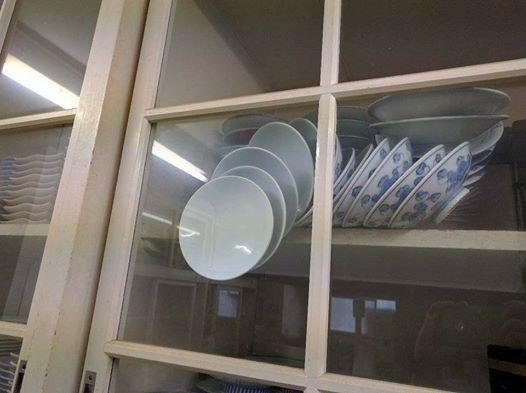 """Tấm ảnh """"gây sốt"""" mạng xã hội trong ngày hôm qua với chú thích: """"Chiếc tủ chén không bao giờ có thể được mở ra nữa."""""""