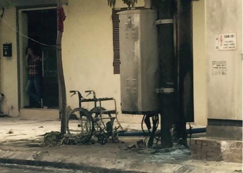 Hiện trường vụ cháy và chiếc xe lăn bị lửa thiêu rụi.
