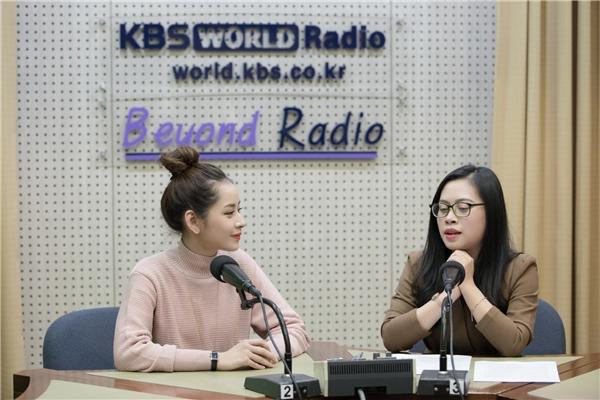 Cô chào khán giả bằng tiếng Hàn và chia sẻ cảm xúc sau khi bất ngờ được vinh danh tại Asia Artist Awards 2016, cùng những kỷ niệm đáng nhớ khi sánh bước bên dàn sao Hàn đình đám. - Tin sao Viet - Tin tuc sao Viet - Scandal sao Viet - Tin tuc cua Sao - Tin cua Sao