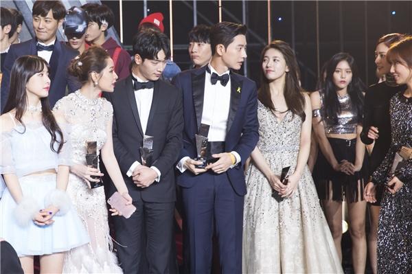 Chi Pu còn chủ động nhường chỗ cho Park Shin Hye khi nữ diễn viên này đang loay hoay tìm chỗ đứng. - Tin sao Viet - Tin tuc sao Viet - Scandal sao Viet - Tin tuc cua Sao - Tin cua Sao