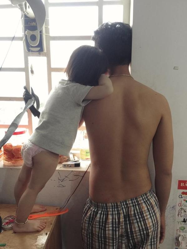 Con gái và bố tựa vào vai nhau thật tình tứ.
