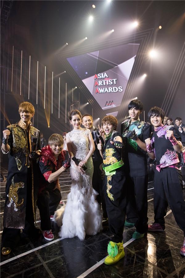 Chi Pu còn có dịp chụp ảnh cùng boygroup số một Nhật Bản - Boys and Men cùng nhóm nhạc EXO đình đám nhất Hàn Quốc hiện nay. - Tin sao Viet - Tin tuc sao Viet - Scandal sao Viet - Tin tuc cua Sao - Tin cua Sao