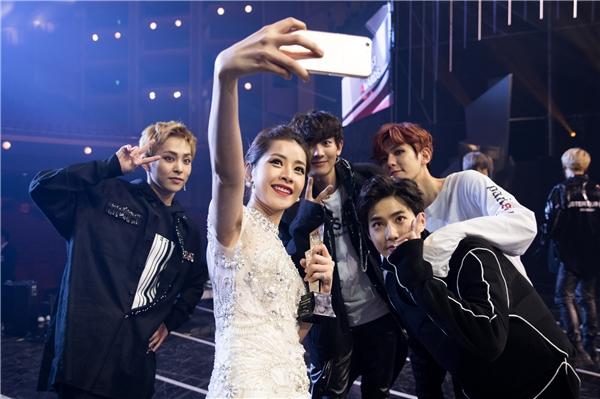 """Bức ảnh Chi Pu selfie cùng EXO gây """"bão mạng"""" khi nhận được hơn 250 nghìn lượt likes và hàng chục nghìn bình luận cũng như chia sẻ. - Tin sao Viet - Tin tuc sao Viet - Scandal sao Viet - Tin tuc cua Sao - Tin cua Sao"""