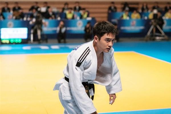 Jo Jungsuk vào vai tay lừa đảo trong khiD.O. hóa thân làm vận động viên quốc gia.