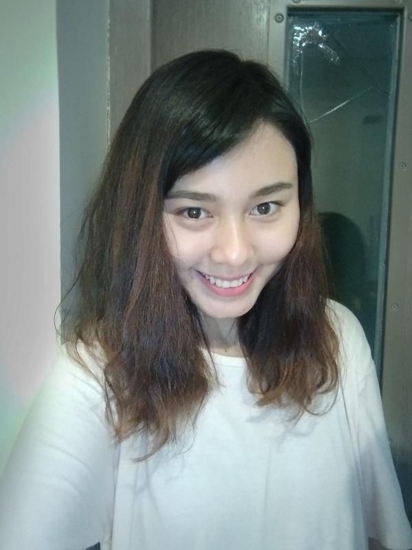 Cô nàng selfie cùng tính năng Screen Flash của điện thoại Vivo Y55 trong môi trường thiếu sáng.
