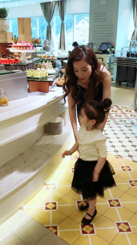 Cô bé Cadie Mộc Trà chủ động đi lựa chọn đồ ăn hợp khẩu vị với mình. - Tin sao Viet - Tin tuc sao Viet - Scandal sao Viet - Tin tuc cua Sao - Tin cua Sao