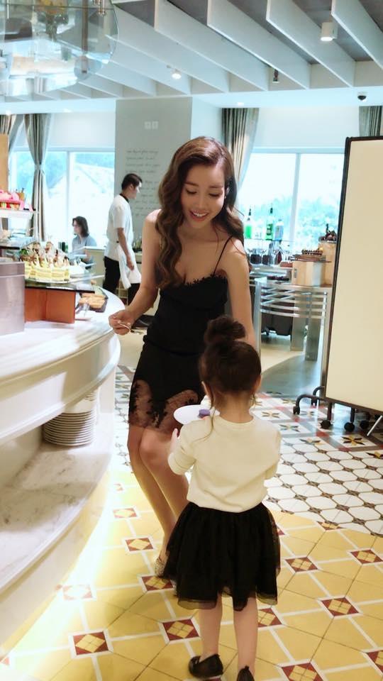 Mẹ Elly Trần giúp đỡ con gái lấy thức ăn. - Tin sao Viet - Tin tuc sao Viet - Scandal sao Viet - Tin tuc cua Sao - Tin cua Sao
