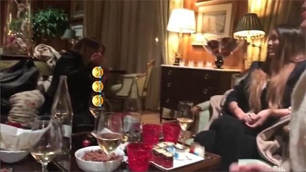 Hai cô gái xinh đẹp đang nhâm nhi rượu trong một căn phòng được cho là phòng khách sạn của Justin.