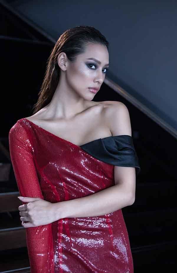 Trong những ngày mùa Thu - Đông năm nay, Lilly Nguyễn được nhà thiết kế Vincent Đoàn chọn làm nàng thơ trong bộ sưu tập mới. Các thiết kế lấy tông màu đỏ rượu, trắng tinh khôi làm chủ đạo.
