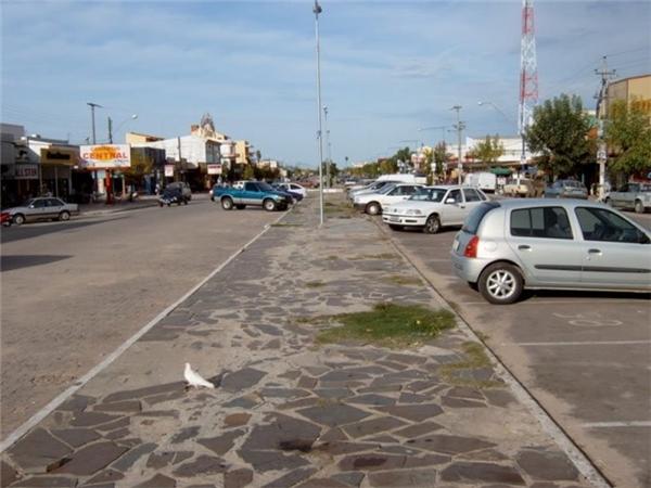 Những vỉa hè ngăn cách kiểu này có lẽ không xa lạ với hầu hết chúng ta. Thế nhưng, nhìn vào bức hình, sẽ chẳng ai tin được đó chính là đường biên giới của hai quốc giaBrazil – Uruguay. Trong đóBrazil bên trái, Uruguay – bên phải.