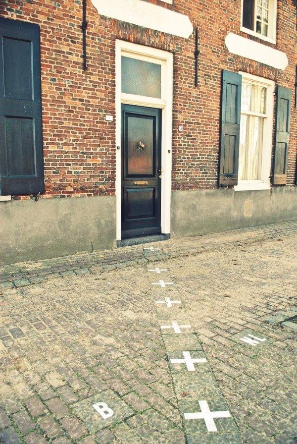 Không phải là một đường chạy dài thẳng tắp, mà đường biên giới đoạn qua ngôi làng Baarle-Hertog của Bỉ và làng Baarle-Nassau của Hà Lan chỉ cách nhau một hàng gạch trắng dưới mặt đất. Điều đặc biệt hơn cả, đường biên giới này đi xuyên qua một căn nhà khiến bản thân chủ hộ cũng không biết mình đang ở địa phận của nước nào.