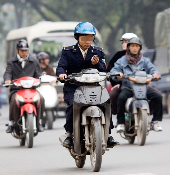Nếu từ trước đến nay, việc sử dụng điện thoại di động khi đang điều khiển xe chạy trên đường được xem là vi phạm luật giao thông... (Ảnh minh họa)