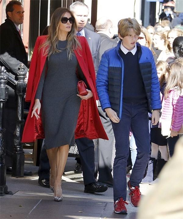 Xuất hiện với chiếc váy xám đơn giản kết hợp cùng áo khoác màu đỏ sang trọng và đôi giày mang thương hiệu Christian Louboutin, bà Melania đã khiến mọi người phải ngạc nhiên bởi diện mạo vô cùng xinh đẹp và nổi bật.