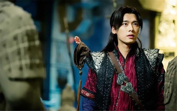 Sau vai diễn Bách Lí Đồ Tô trong Cổ Kiếm Kì Đàm, LýDịch Phong nhanh chóng trở thành nam thần tượng được săn đón hàng đầu.