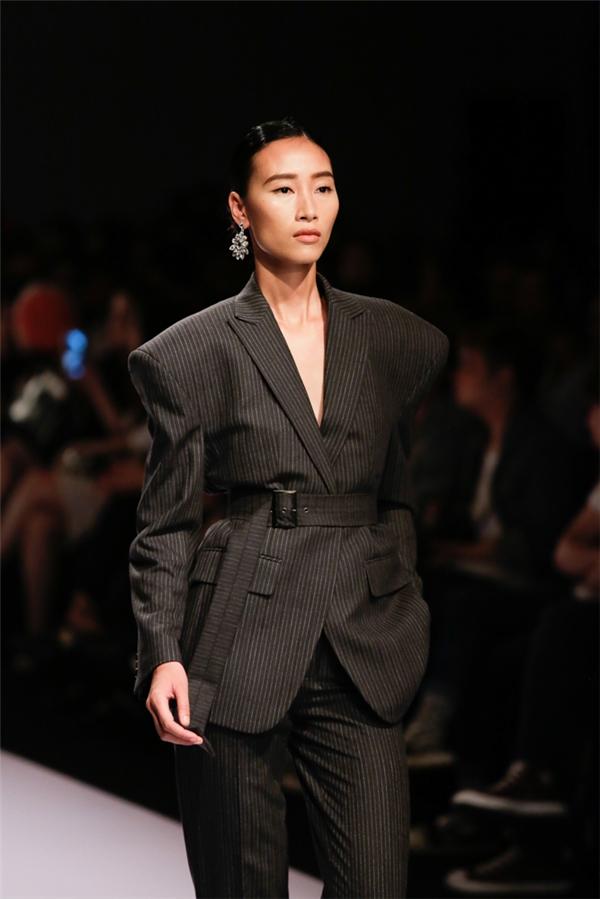 Ở bộ sưu tập này, Trang Khiếu được chọn trình diễn ở vị trí mở màn. Ngay từ khi xuất hiện, Trang Khiếu đã nhận được sự tán dương của khách mời bởi những bước trình diễn điêu luyện, chuyên nghiệp, khẳng định đẳng cấp của một người mẫu hàng đầu.