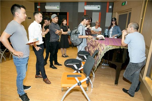 Xuyên suốt buổi tập, anh và các thành viên còn lại của nhóm thường xuyên trao đổi, chia sẻ nhiều kiến thức, kinh nghiệm tích lũy được trong quá trình đi hát.
